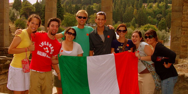 Italian majors pose for a picture with the Italian flag - Italian Degree