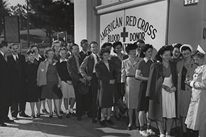 1944 Pepperdine students line up to give blood at campus Red Cross